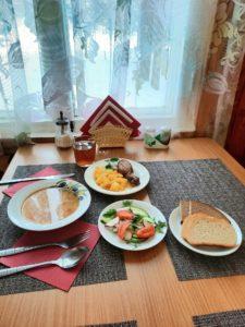 Обед в столовой на базе отдыха Заветное в Ленинградской области